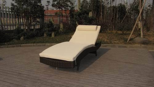 Rattan Beach Loung With Cushion And Adjustable Back